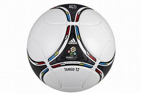"""Naujasis """"Tango 12"""" kamuolys."""
