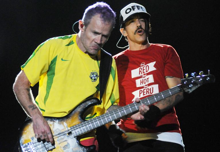 """Red Hot Chili Peppers"" lyderis Anthony Kiedis (dešinėje) ir bosistas Michaelas Peteris Balzary-Flea"