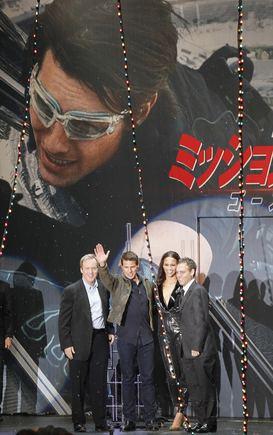 """""""Reuters""""/""""Scanpix"""" nuotr./Bradas Birdas, Paula Patton ir Tomas Cruise'as (centre), Bryanas Burkas (dešinėje)"""