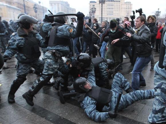 Rusijos omonininkai malšina protestuotojus.