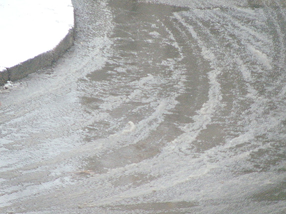 Išvažinėtas, šlapias sniegas gatvėje