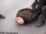 Kadras iš LKPB filmuotos medžiagos/Įtariamojo sulaikymo epizodas