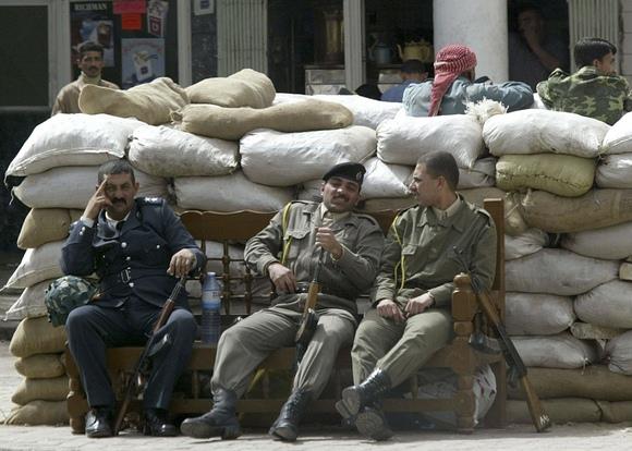 Irako kariai sėdi šalia smėlio maišų Bagdade (2003 m. kovo 20d.)