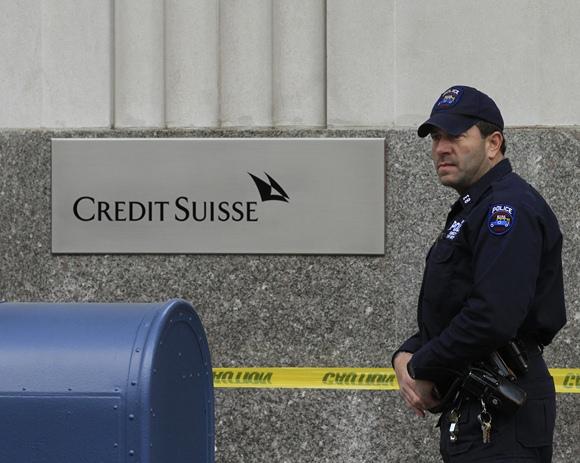 """Niujorko policininkas šalia aptverto Šveicarijos banko """"Credit Suisse"""""""