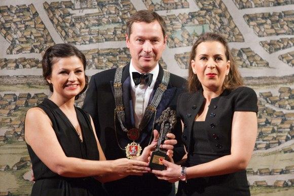 Kristinai Sabaliauskaitei statulėlę meras įteikė kartu su žmona Agne Zuokiene.