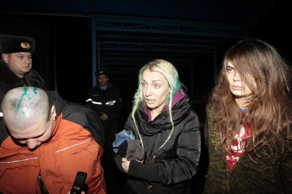 """""""Femen"""" aktyvistės Aleksandra Nemčinova (iš kairės), Ina Ševčenko ir Oksana Šačko patyrė Baltarusijos pareigūnų smurtą."""