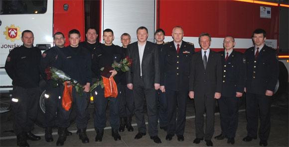 Apdovanoti ugniagesiai su savo kolegomis