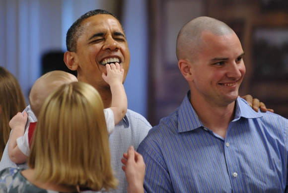 Barackas Obama per Kalėdas aplankė jūrų pėstininkus su jų šeimomis.
