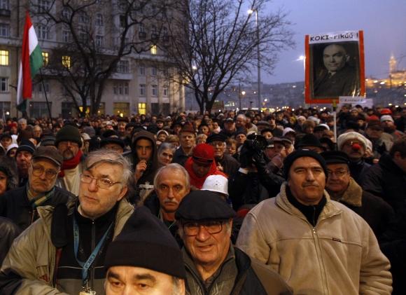 """Valdančioji """"Fidesz"""" partija radikaliai keičia pagrindinius šalies įstatymus, nepaisydama tūkstančių vengrų protestų."""