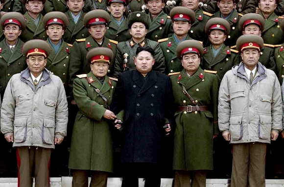 Kim Jong Unas laikosi kariams už rankų