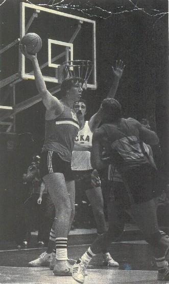 Aikštelėje Aleksandrui Sizonenkai (su kamuoliu) neteko susidurti su aukštesniais krepšininkais.