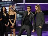 """""""Reuters""""/""""Scanpix"""" nuotr./""""Maroon 5"""" grupės nariai Adamas Levine'as (centre) ir Jamesas Valentine'as"""