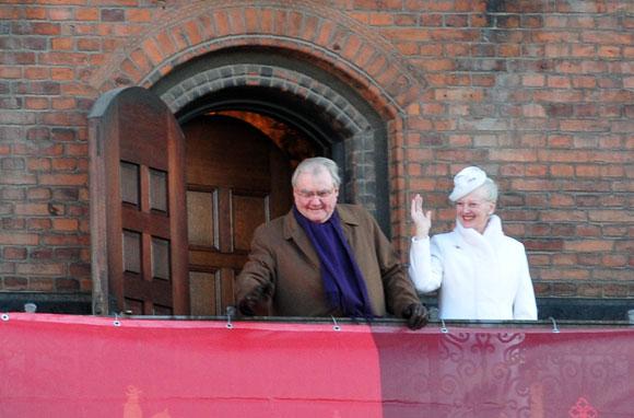Karalienė Margrethe II ir jos vyras princas Henrikas sveikina žmones iš Kopenhagos rotušės balkono
