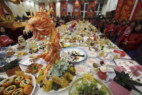 Per Naujuosius kinų stalai lūžta nuo valgių