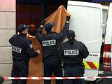 """AFP/""""Scanpix"""" nuotr./Išvežamas Prancūzijos ministro žmonos kūnas"""