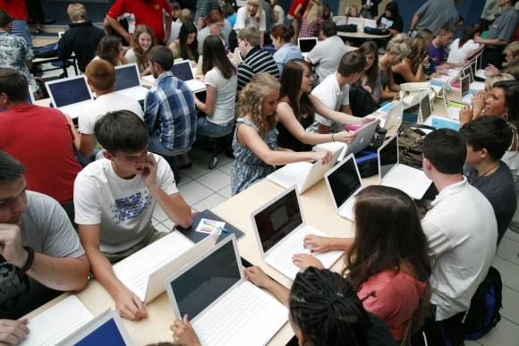 Moksleiviai dirba su kompiuteriais