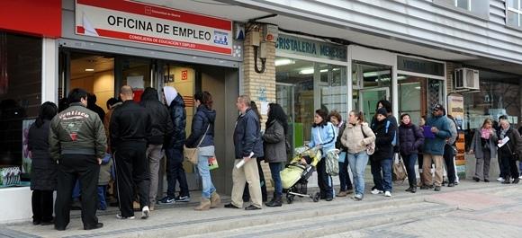 AFP/Scanpix nuotr./Žmonės laukia prie įdarbinimo biurio Madrido rajone