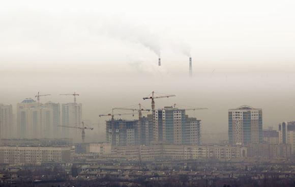 Reuters/Scanpix nuotr./Almata paskendusi smoge Kazachstane