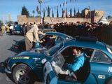 Gamintojo nuotr./1971 m., Renault Alpine A110 ir Jeanas Vinatier prie starto linijos Marakeae