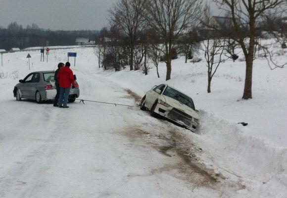 Kuriozas: Ia pusnies traukiamas Inesos Tushkanovos automobilis