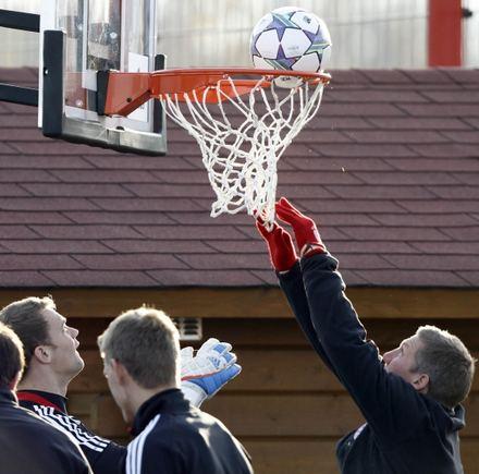 Scanpix/AP nuotr./Bastianas Schweinsteigeris su kitais Bayern futbolininkais mėto į krepšį treniruočių stovyklos metu