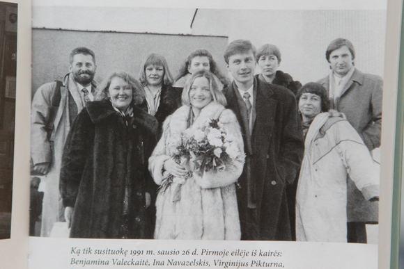 Asmeninio albumo nuotr./Lietuvos pakerėta I.Navazelskis 1991 m. sausio 26 d. Iatekėjo už signataro Virginijaus Pikturnos (deainėje).