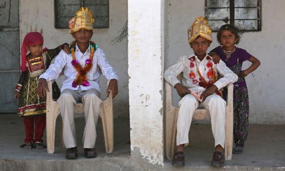 Reuters/Scanpix nuotr./Berniukai pozuoja su savo seserimis priea sužadėtuvių ceremoniją