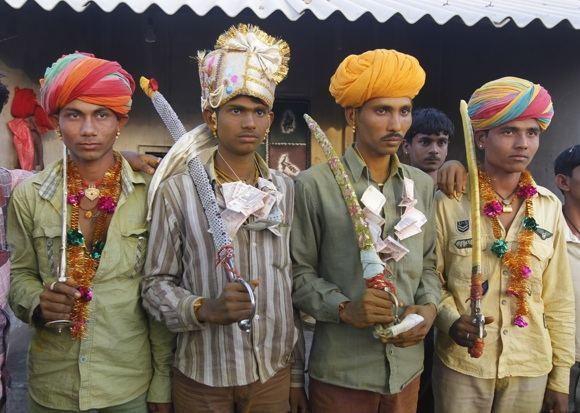 Reuters/Scanpix nuotr./Jaunikiai pozuoja per savo vestuves