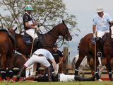 AFP/Scanpix nuotr./Princas Harry padeda parblokatam Bashui Kazi