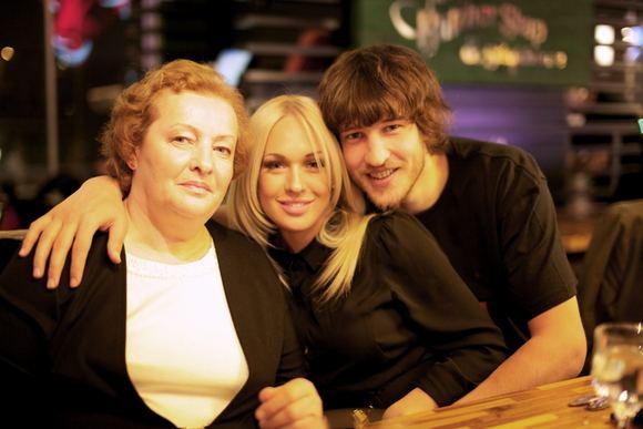 Asmeninio archyvo nuotr./Simas Jasaitis su mama Regina (kairėje) ir mylimąja Oksana Pikul