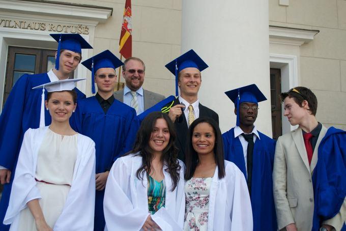 TAMV nuotr./First AISV graduating class.