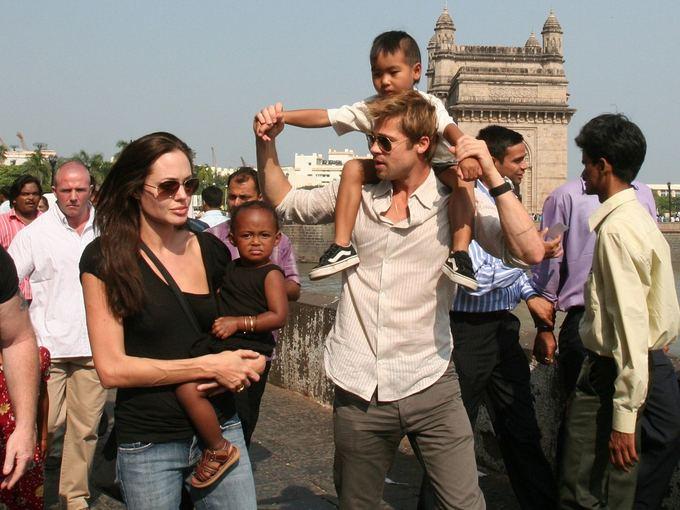 AP/Scanpix nuotr./Bradas Pittas ir Angelina Jolie su vaikais Indijoje (2006 m.)
