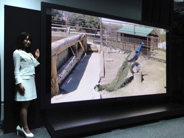 """""""Panasonic"""" 145 colių įstrižainės televizorius su įspūdinga 7680 x 4320 tšk. raiška."""