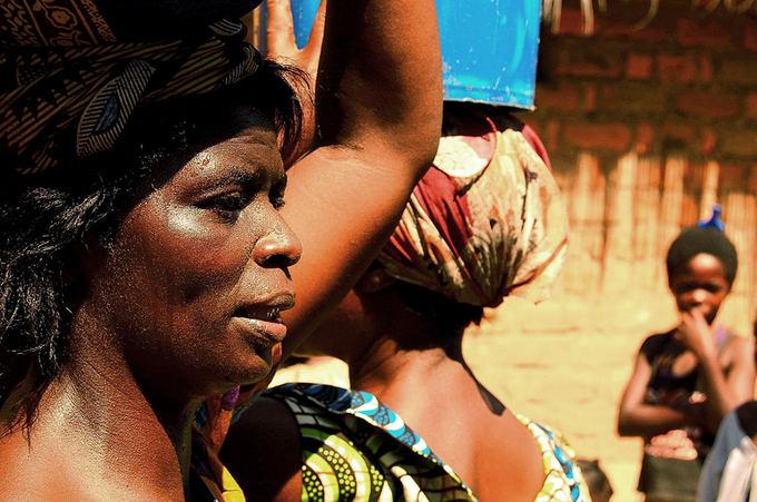I.Pavliukevičiaus nuotr./Moterys neaančios kukurūsus ant galvos
