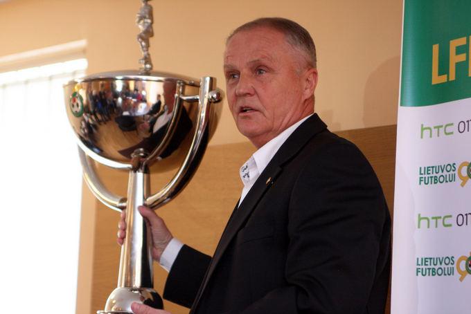 V.Knyzelio/LFF.lt nuotr./Julius Kvedaras ir LFF taurė