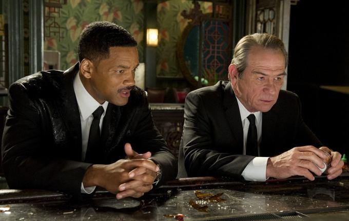 """""""ACME Film"""" archyvo nuotr./Willas Smithas ir Tommy Lee Jonesas filme """"Vyrai juodais drabužiais 3"""""""