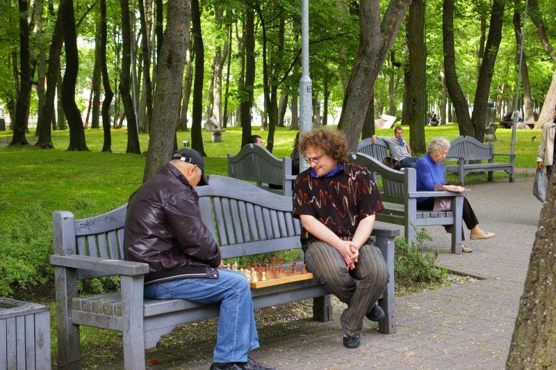Žaidėjai prie šachmatų lentos susitinka Skulptūrų parke.