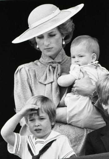 """""""Scanpix"""" nuotr./Princesė Diana su sūnumis – princu Williamu (priekyje) ir princu Harry"""