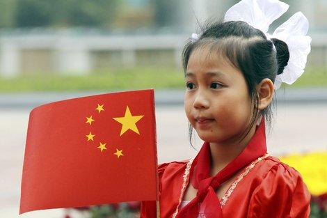 Девочка с китайским флагом