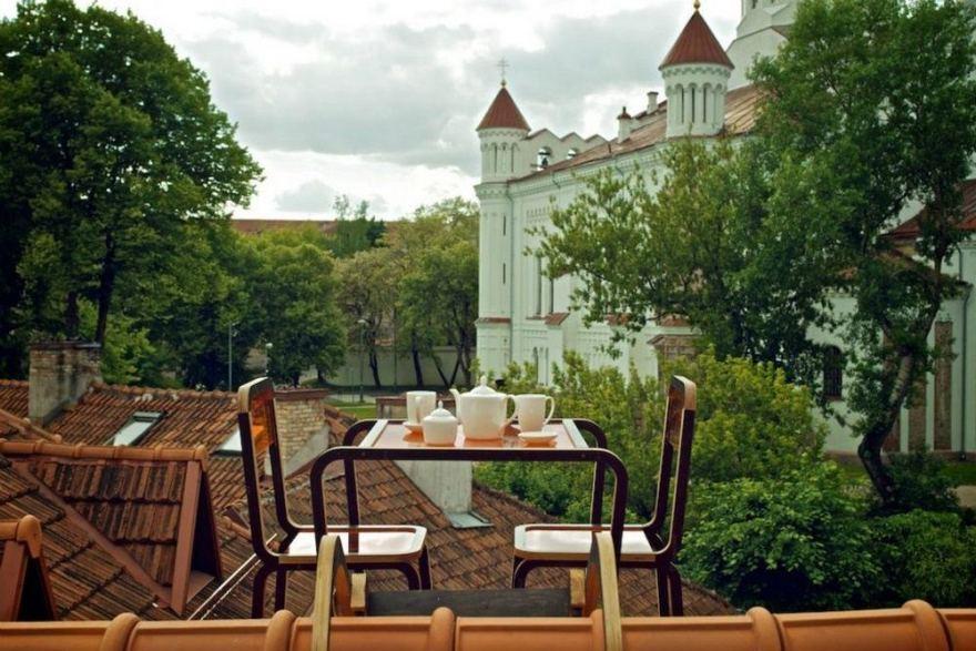 Kerniaus Pauliukonio nuotr./Stalelis kavai ant namo stogo Užupyje