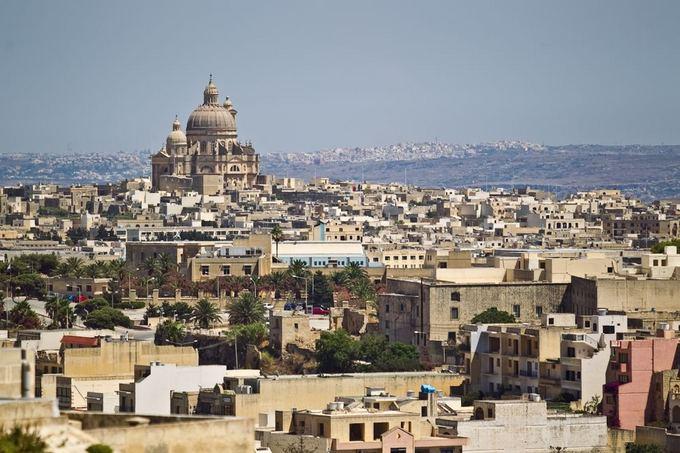Malta kone visa ia akmens.