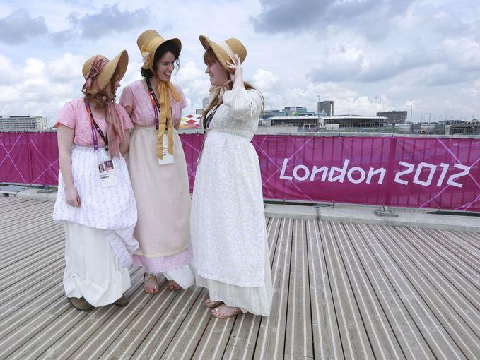 Reuters/Scanpix nuotr./Londono olimpinių žaidynių atidarymo kaimo moterys po repeticijos