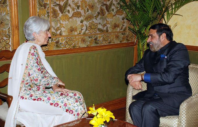 AFP/Scanpix nuotr./Tarptautinio valiutos fondo direktorė Christine Lagarde, vieaėdama Indijoje, pagarbą aiai aaliai iareiakė vilkėdama sarį.