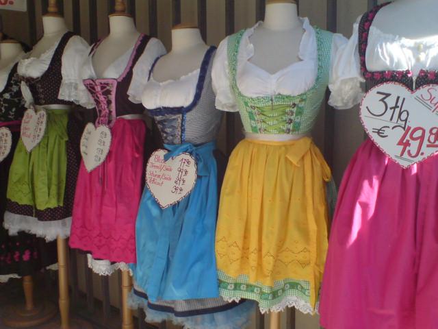Originalūs tautiniai kostiumai kainuoja šimtus eurų, tad kai kurie bavarai perka Kinijoje ar kitose šalyse pasiūtus tautinius kostiumus. Jie keliskart pigesni.