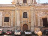 Mato Noreikos/15min nuotr./Švč. Mergelės Marijos Ramintojos bažnyčios šventorius – automobilių stovėjimo aikštelė.