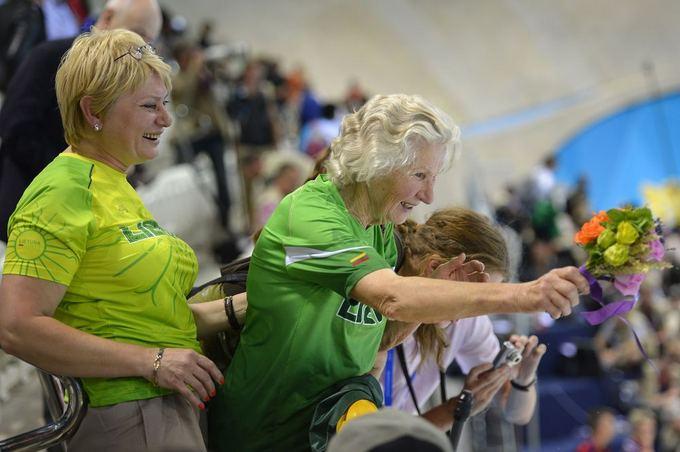 AFP/Scanpix nuotr./R.Meilutytės plaukimą stebėjo ir sportininkės močiutė Aldona (deainėje)