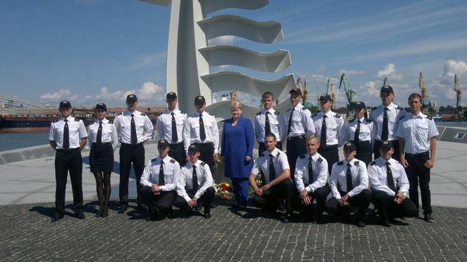 Prezidentės spaudos tarnybos nuotr./Dalia Grybauskaitė prie Albatroso