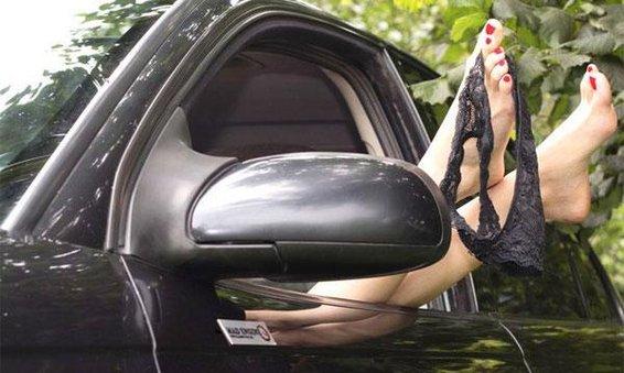 Секс в авто в людном месте