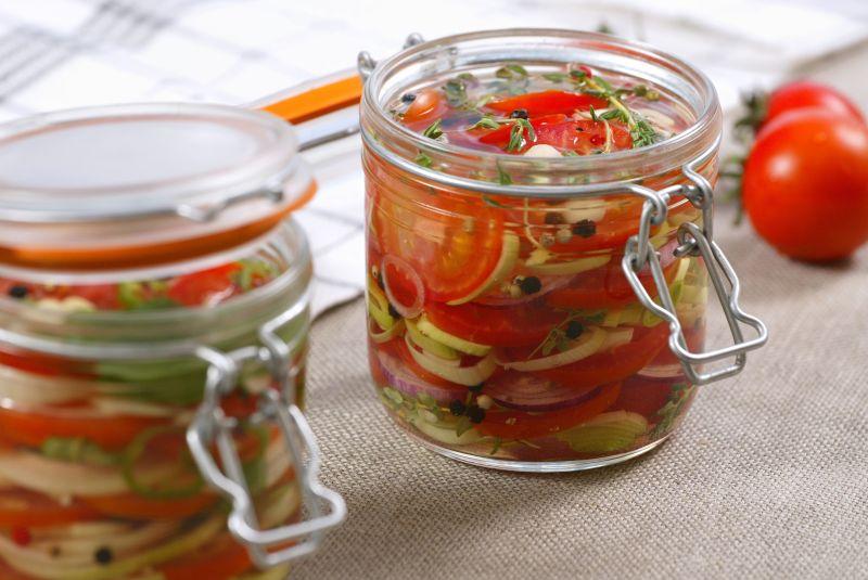Pomidorų, svogūnų, salierų, petražolių ir saldžiųjų paprikų mišrainė