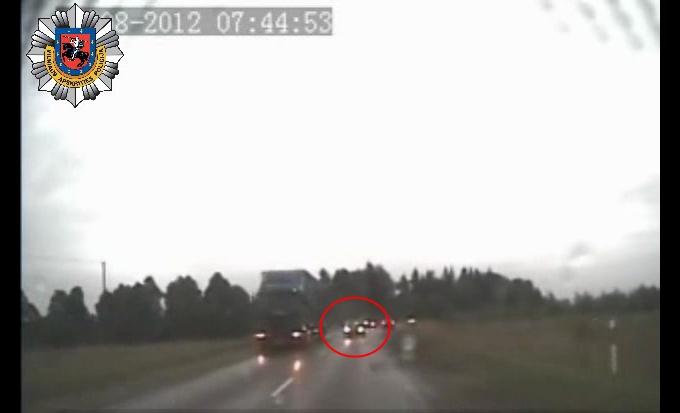 """Užfiksuota avarinė situacija: nors priešpriešiais artėjo filmuojantis policijos automobilis, """"Volvo V70"""" vairuotojas, net neparodęs posūkio, ėmė lenkti sunkvežimį."""